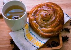 Kaneelbroodje en theeontbijt royalty-vrije stock foto's