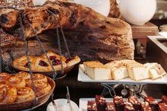 Kaneelbroodje, kersen Deens gebakje en botercake op houten RT royalty-vrije stock afbeeldingen