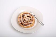 Kaneelbroodje op Witte Plaat en Teller Royalty-vrije Stock Foto's
