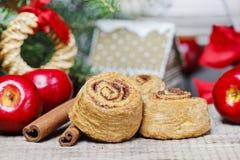 Kaneelbroodjes in Kerstmis het plaatsen Stock Afbeelding