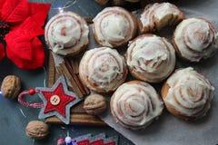 Kaneelbroodjes voor Kerstmis Kerstmiscakes De kaneelbroodjes van het huisbaksel voor de nieuwe jaar en Kerstmisvakantie stock afbeelding
