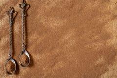 Kaneelpoeder met twee oude theelepeltjes Royalty-vrije Stock Afbeeldingen