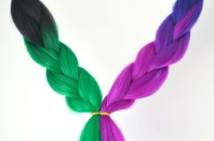 Kanekalon Filamentos artificiales coloreados del pelo Material para las trenzas de trenzado imagenes de archivo