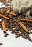 Kanel bönor för kaffe för stjärnaanis spridde ut ur påsen på a Arkivfoton