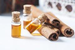 Kanel för nödvändig olja i glasflaska Tvål-, handduk- och blommasnowdrops royaltyfri bild