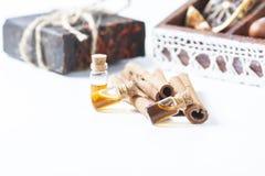 Kanel för nödvändig olja i glasflaska Tvål-, handduk- och blommasnowdrops royaltyfri fotografi