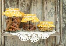Kanel, kryddnejlikor och gurkmeja i glass krus Royaltyfria Foton