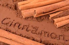 Kanel på bakgrunden av kakao Arkivbilder