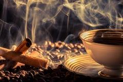 Kanelbrun anstrykning av bryggat kaffe arkivfoton
