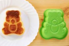 Kanelbrun kaka i formen av en björngröngöling Royaltyfria Foton