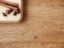 Kanelbrun pinne och kaffebönor Arkivbilder