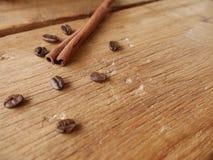 Kanelbrun pinne och kaffebönor Royaltyfria Foton