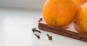 Kanelbrun pinne och mandariner Arkivbilder