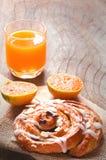 Kanelbrun rulle för russin och orange fruktsaft Royaltyfria Foton