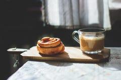 Kanelbrun rulle med coffe Royaltyfri Bild