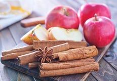 kanelbruna äpplen Arkivfoton