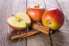 kanelbruna äpplen Arkivbild