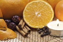 kanelbruna apelsinkryddor för stearinljus Arkivbilder