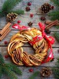 Kanelbruna bullar för kakaofarinkrans Sött hemlagat baka för jul Rulla bröd, kryddor, garnering på träbakgrund nytt Arkivfoto