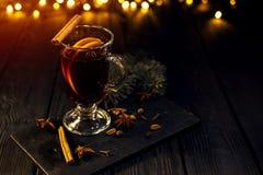 Kanelbruna lögner i ett exponeringsglas, closeupexponeringsglas av funderat vin med orange och kanelbrunt royaltyfri fotografi