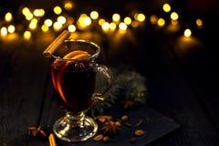 Kanelbruna lögner i ett exponeringsglas, closeupexponeringsglas av funderat vin med orange och kanelbrunt fotografering för bildbyråer