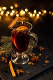 Kanelbruna lögner i ett exponeringsglas, closeupexponeringsglas av funderat vin med orange och kanelbrunt arkivbilder