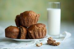 kanelbruna muffinvalnötter Royaltyfri Fotografi