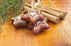 Kanelbruna pinnar, julkakor, garnering. Arkivbilder