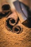 Kanelbruna pinnar med choklad på trätappning Arkivbilder