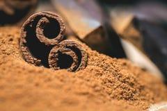 Kanelbruna pinnar med choklad på trätappning Royaltyfria Bilder