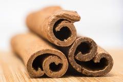 Kanelbruna pinnar och kanelbrunt pulver i trä Arkivbilder