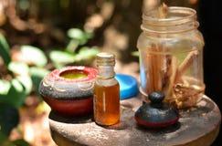 Kanelbruna pinnar och nödvändig olja Fotografering för Bildbyråer