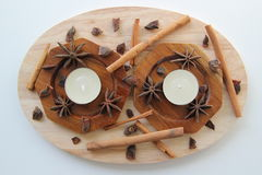 Kanelbruna pinnar och stjärnor av anis med två stearinljus Royaltyfri Fotografi