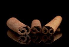 Kanelbruna pinnar på svart Fotografering för Bildbyråer