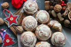 Kanelbruna rullar för jul Julkakor Hem- stekheta kanelbruna rullar för det nya året och julferierna arkivbild