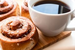 Kanelbruna rullar med kaffe royaltyfri foto