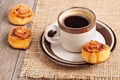 Kanelbruna rullar med kaffe Royaltyfria Bilder