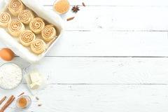 Kanelbruna rullar och ingredienser Royaltyfria Foton
