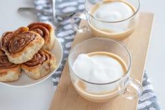 Kanelbruna rullar och kopp av coffe royaltyfri foto