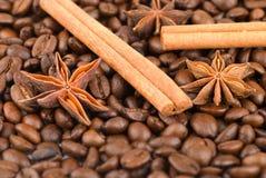 Kanelbruna sticks och anisestjärnor på kaffe Royaltyfri Bild