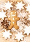 kanelbruna stjärnor och stjärnaanis på träbakgrund med sockerpulver Kaka för pepparkakaman, kanelbruna stjärnor och sta Arkivbilder
