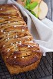 Kanelbrunt bröd för äpplehandtag ifrån varandra Royaltyfri Fotografi