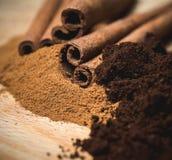 Kanelbrunt pulver med pinnar och kaffepulver Arkivfoto
