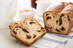 Kanelbrunt russinbröd för frukost Royaltyfria Foton