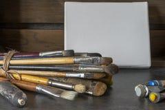 Kanfas, borstar och målarfärger Konstutrustning arkivbild