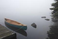 Kanfas Cedar Canoe Tied till en skeppsdocka Arkivbilder