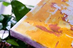kanfas grönska Kanfas med den orange modellen på bakgrunden av gräsplan Bild för konstnärer royaltyfria foton