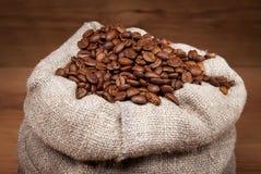 Kanfaspåse med kaffebönor Fotografering för Bildbyråer