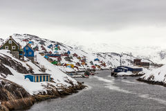 Kangamiut全景-五颜六色的北极渔夫村庄房子 免版税库存图片