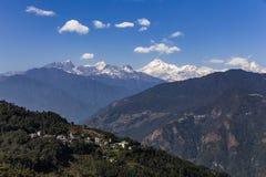 Kangchenjunga berg med moln över och byar för berg` s som beskådar i morgonen i Sikkim, Indien Royaltyfri Foto